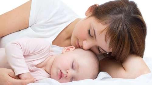 نوم-الطفل-بجوار-أمه